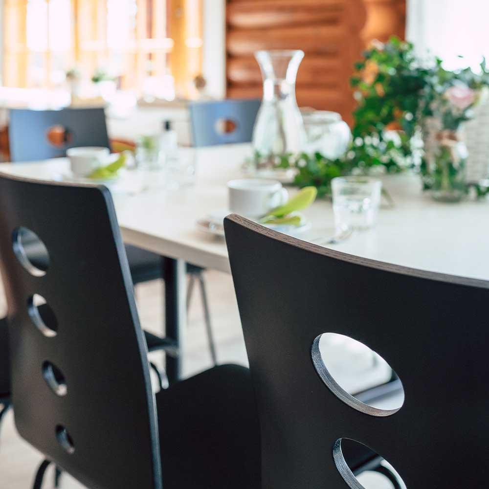 karhulampi-tuolit-poyta